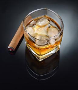Fotografia produktowa - whisky i zapalone cygaro