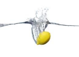 Fotografia produktowa - cytryna w wodzie